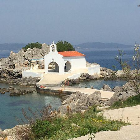Η παραλία του Αγ. Ισιδώρου με το γραφικό εκκλησάκι