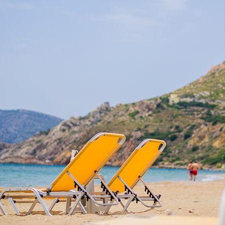 Η παραλία την Κώμης είναι μια από της γνωστότερες στην Χίο με αβαθή νερά και πολλές επιλογές διασκέδασης για τους επισκέπτες της.