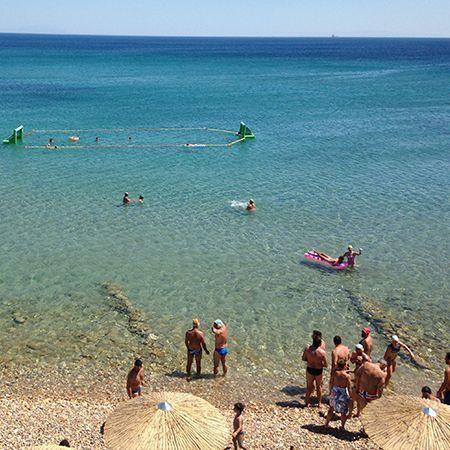 Ο Μέγας Λιμνιώνας είναι βοτσαλωτή παραλία κοντά στην πόλη