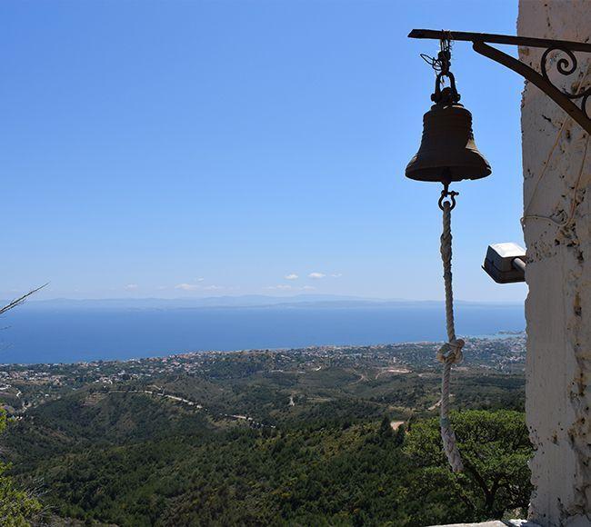 Το χωριό Καρυές στην κεντρική Χίο φημίζεται για τα τρεχούμενα κρυστάλλινα νερά του.