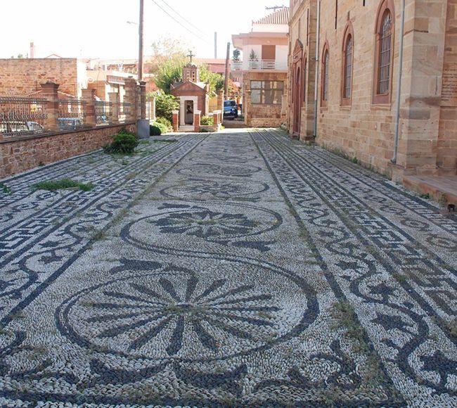 Η εκκλησια του Αγίου Ευστρατίου στα Θυμιανά της Χίου, εντυπωσιάζει τον επισκέπτης με το περίτεχνο βοτσαλοτό της.