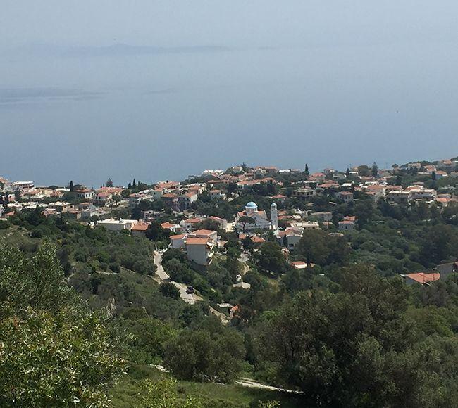 Ένα από τα πιο ξακουστά μέρη της Χίου, ο Βροντάδος διακρίνεται για το έθιμο του Ρουκετοπόλεμου το βράδυ της Ανάστασης.
